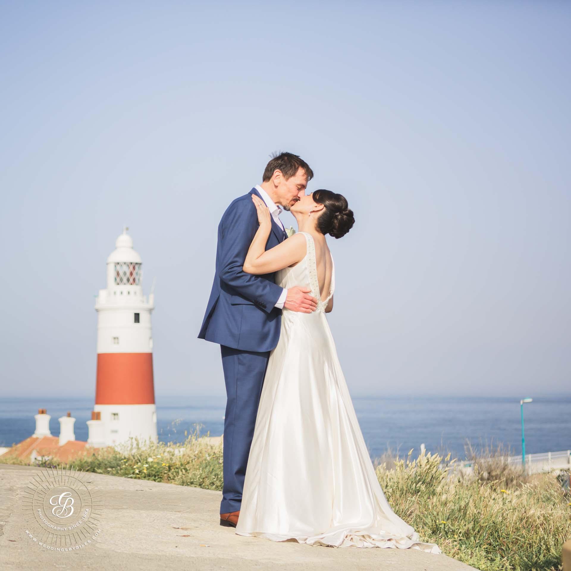 wedding kiss at the light house