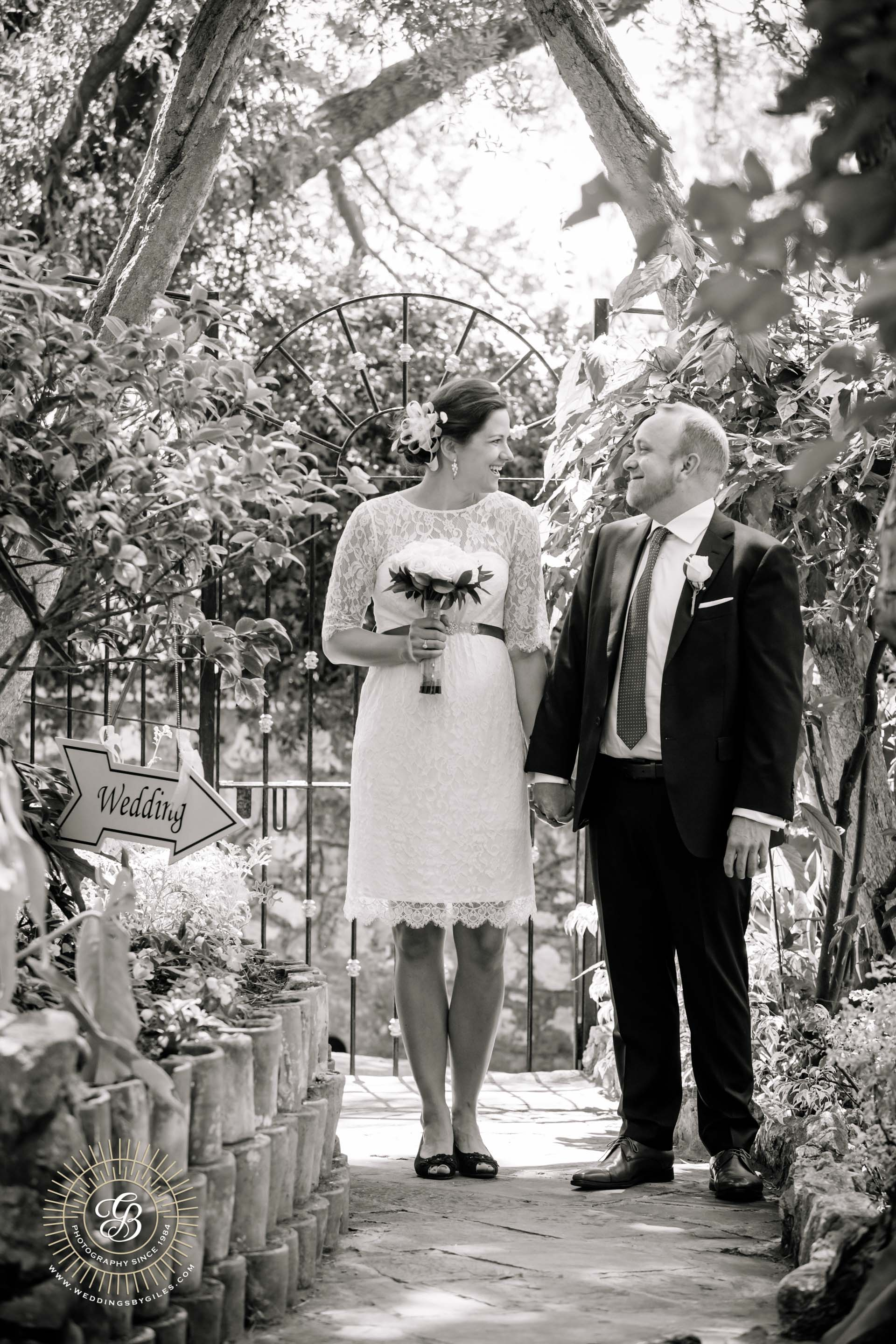 Bride and groom arrive at the garden